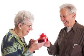 Что подарить пожилому человеку?