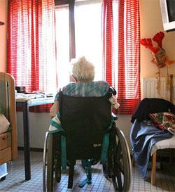 Удаленный контроль пожилого человека с мобильного телефона