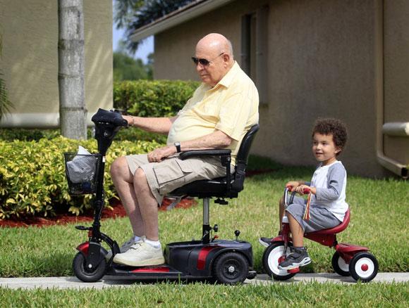 Электроскутер помогает престарелым вести полноценный образ жизни