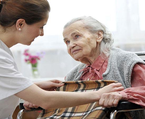 Сиделка для пожилого пациента